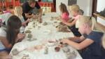 Uczyły się lepienia w glinie - warsztaty ceramiczne - lipiec 2017 r (1)