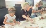 Uczyły się lepienia w glinie - warsztaty ceramiczne - lipiec 2017 r (11)