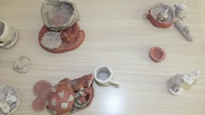 Uczyły się lepienia w glinie - warsztaty ceramiczne - lipiec 2017 r (8)